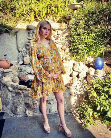 Pregnant Emma Roberts